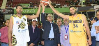 Administrador General Banreservas hace saque honor juego serie final Mauricio Báez y Rafael Barias