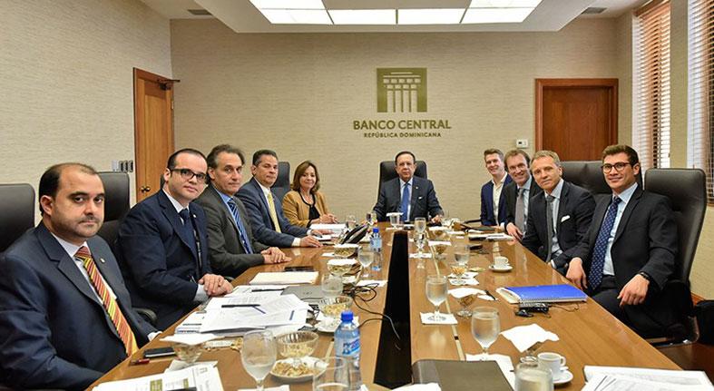 Valdez Albizu se reúne con un grupo de inversionistas internacionales