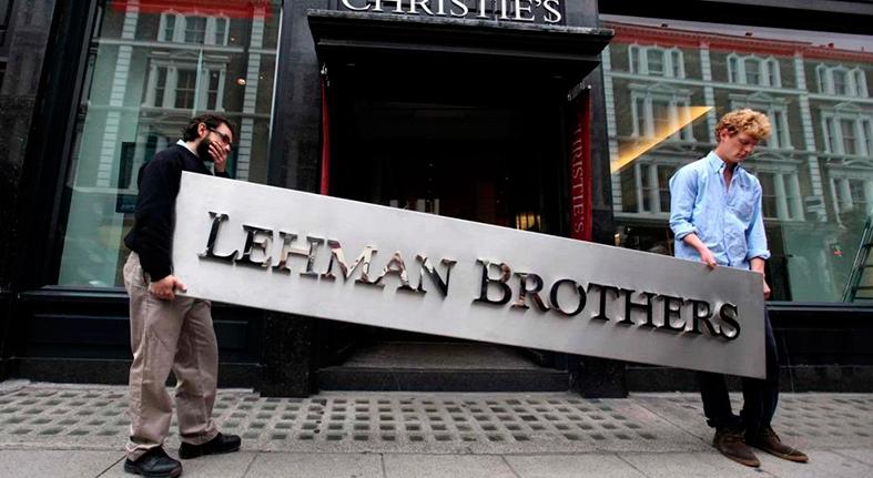 Diez años tras caída Lehman Brothers, bolsa bate récords y salarios repuntan