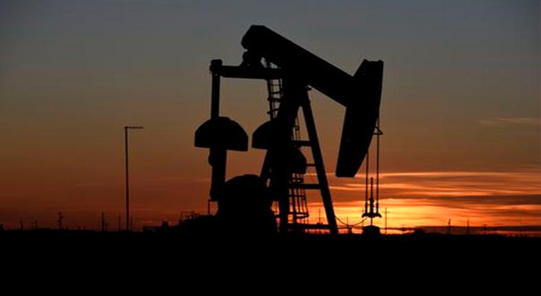 Barril de petróleo sufre caída semanal por inventarios y tensiones comerciales