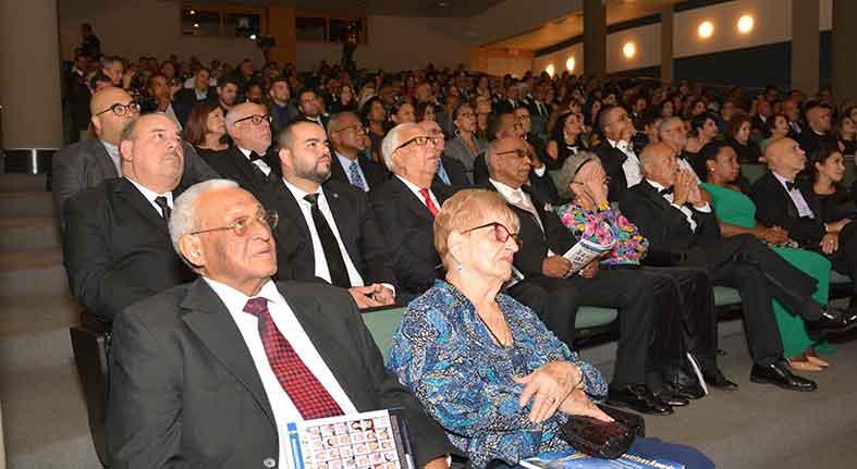Vista parcial de unas 350 personas que asistieron a la ceremonia de los Premios Ilustres, en el Graduate Center de la City University of New York (CUNY). Fotos: Eduardo Hoepelman.