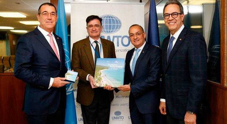Banco Popular entrega libro a OMT sobre el sector turístico dominicano