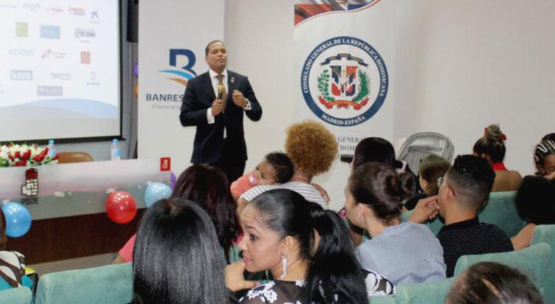 Capacitan en finanzas personales y familiares a dominicanos en España