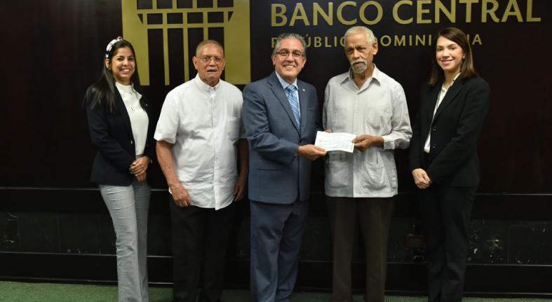 Voluntariado Bancentraliano dona RD$200,000 a la Asociación de Vecinos de Quebrada Honda, en Moca