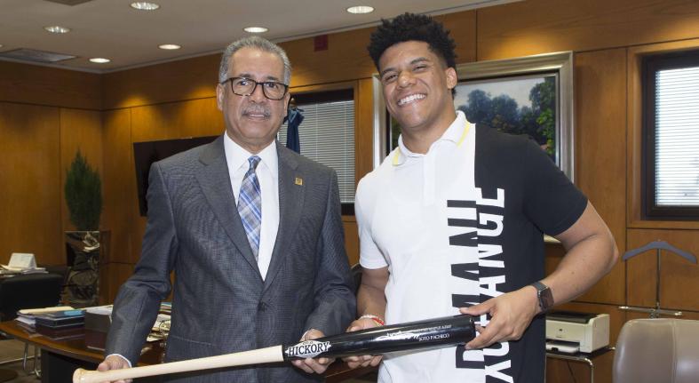 Banreservas reconoce a la estrella de baseball Juan Soto