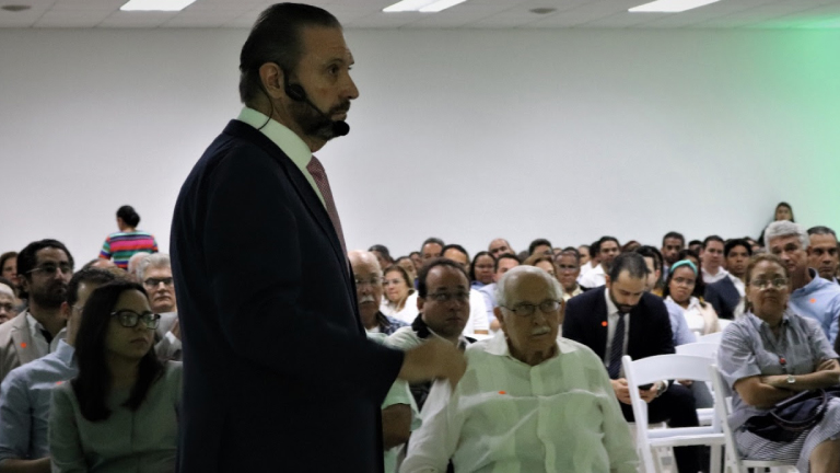 Hahn trata Evaluación Ley 46-20 ante Camara Comercio Santiago