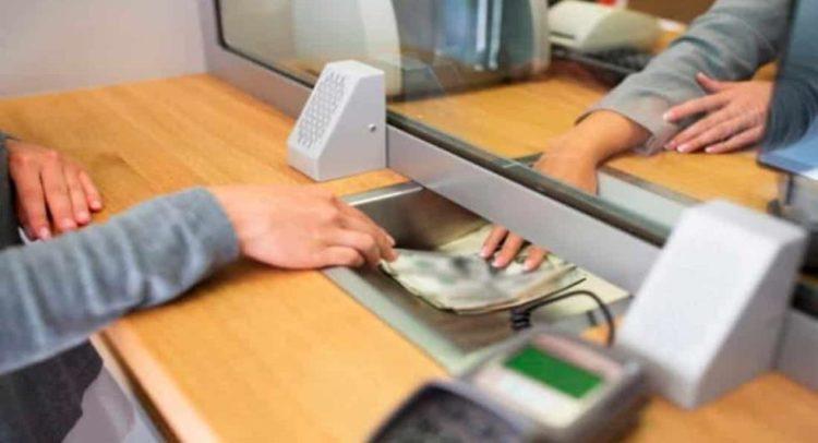 Junta Monetaria ordena a los bancos eliminar comisión por retiros en ventanilla