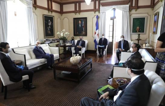 Directivos de la banca nacional visitan al presidente Medina