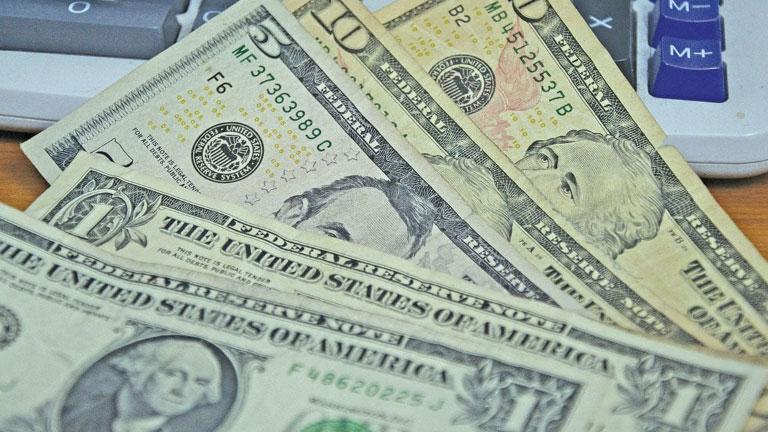 Dólar supera barrera de 56 por uno y bancos racionan su venta