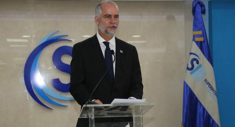 Alejandro Fernández W. asume funciones en la Superintendencia de Bancos