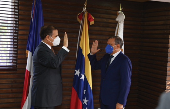 Juramenta Ministro Hacienda al doctor Aguilera como presidente Refidomsa PDV