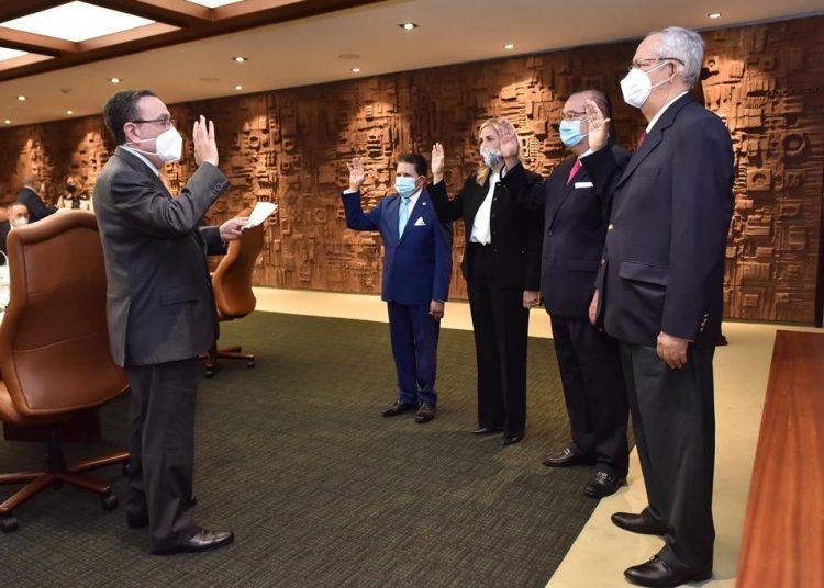 Valdez Albizu tomó juramento a los nuevos miembros de la Junta Monetaria