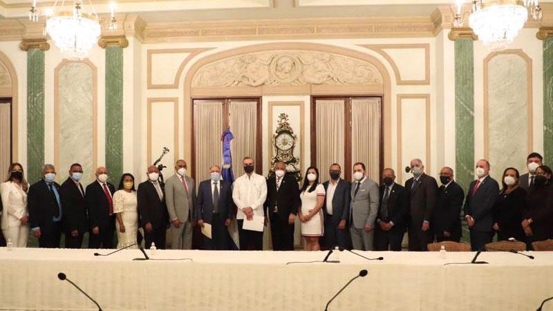 Instruye Presidente Abinader organizar en cooperativas productores agropecuarios, Colmados y Salones Belleza